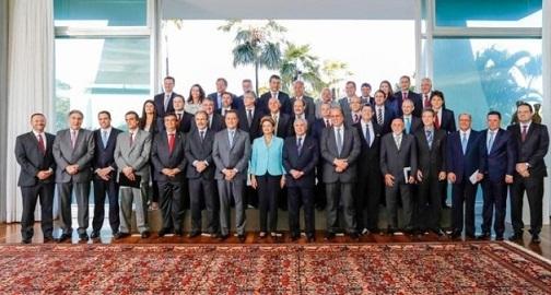 •Dilma propõe a governadores parceria para enfrentar problemas e superar crise