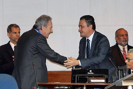 Ministro Ricardo Lewandowski cumprimenta o governador Rui Costa no  lançamento do Projeto de Audiência de Custódia na Bahia (foto Manu Dias GOVBA)