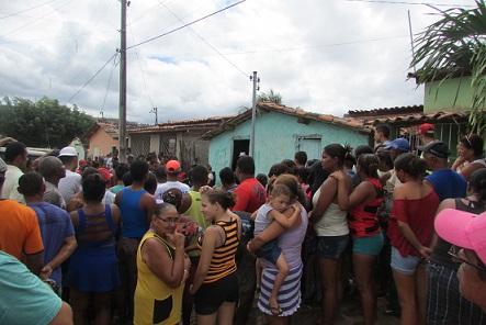 No Km 3 multidão aglomerou em frente a casa onde o adolescente foi executado