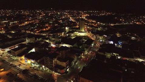Imagem parcial noturna de Jequié (Drone 4k Solução Filmes)