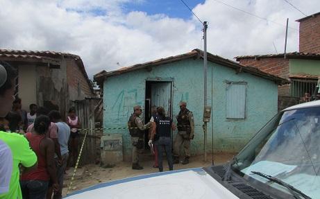 Vítima foi perseguida e executada na sala desta casa na manhã de sábado, 29