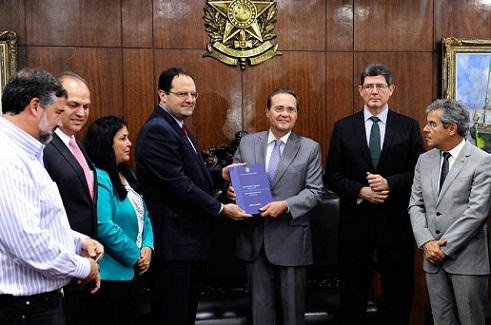 Senador Renan Calheiros recebe projeto do Orçamento 2016 das mãos de ministros (foto Jonas Pereira/Agência Senado)