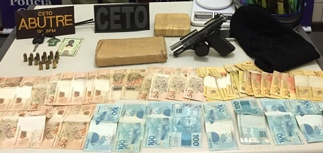 Arma, droga e dinheiro apreendido em poder dos três elementos