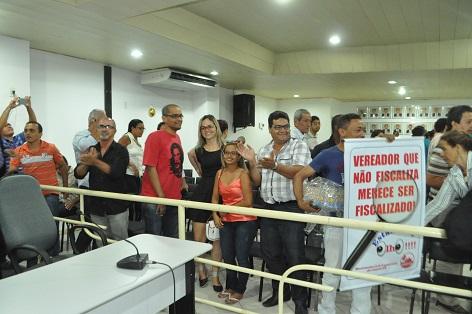 Após a votação unânime resultado foi comemorado por membros da comunidade presentes