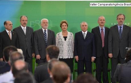 Presidente Dilma Rousseff ao lado de seis dos 10 novos ministros empossados
