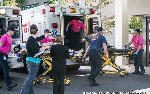 Ambulâncias chegam com feridos ao hospital Mercy, em Roseburg