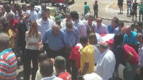 Filhos, familiares, políticos e populares recepcionaram a chegada do corpo na Catedral