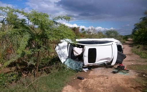 Veículo Focus tombou e desceu a ribanceira lateral da rodovia