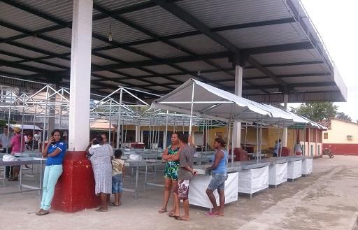 Barracas padronizadas entregues a comerciantes da feira livre de Aiquara