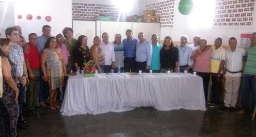 Secretário Jerônimo Rodrigues (SDR) ao lado de autoridades e pessoas da comunidade de Aiquara