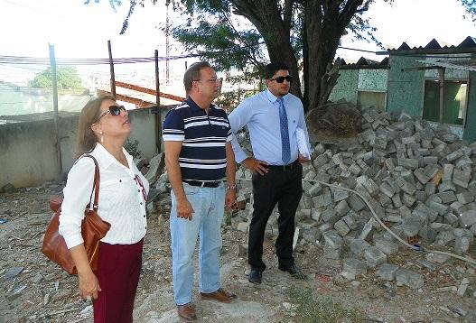 Secretário Fábio Vilas Boas (no centro) em recente visita as obras no Hospital