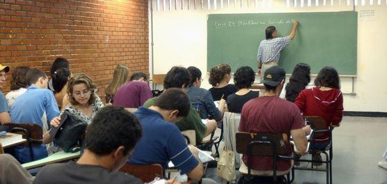 Professores no Brasil ganham menos que outros profissionais com a mesma formação
