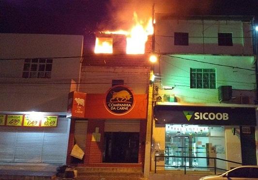 Incêndio em loja de Jaguaquara; prefeito e vice atuam como bombeiros