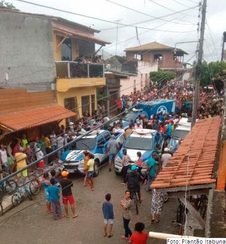 Crime chocou a  cidade, e população aglomerou em frente à casa