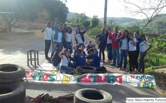 Estudantes bloqueiam a estrada entre Jiquiriçá e Mutuípe
