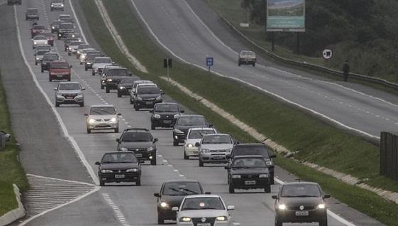 Uso de faróis acesos nas estradas começou a valer em 8 de julho de 2016