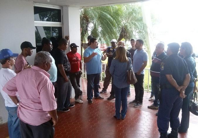 Prestadores de serviço em negociação com representantes da Prefeitura