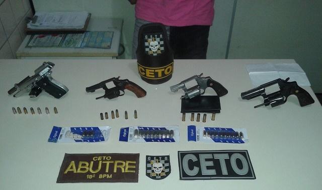 Armas encontradas durante a diligência policial na noite de quarta, 17