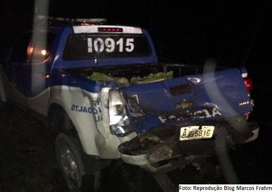 Traseira da viatura policial foi atingida e três policiais civis feridos