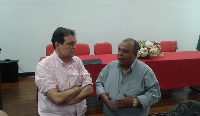 Secretário da Educação Walter Pinheiro com o professor José Calaes, diretor do NRE-22