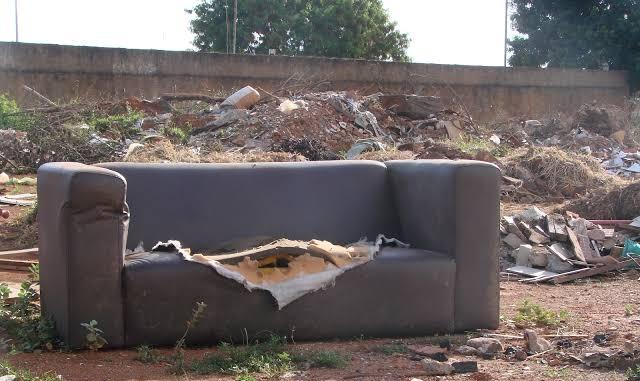 Sofá velho descartado em uma praça pública...