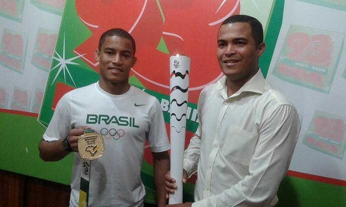 Diego ao lado do irmão Arlon na 93 FM com a medalha e a tocha olímpica que desfilou em Porto Alegre