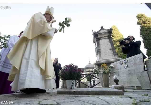 Papa Francisco em cemitério romano - ANSA