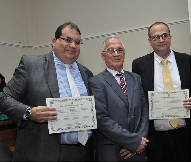 O prefeito Sérgio Gameleira (PSB) e o vice Hassan Yossef (PTB) ao lado do Juiz Fiúsa