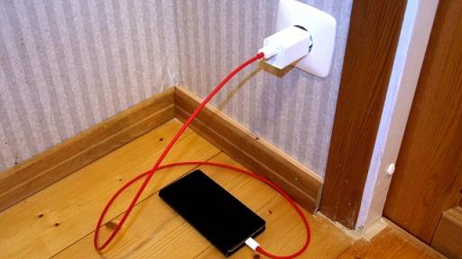 Manter cabos e celulares ligados ao alcance de crianças e muito perigoso