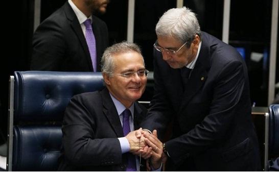 Presidente do Senado Renan Calheiros sendo cumprimentado pelo deputado Antonio Imbassahy