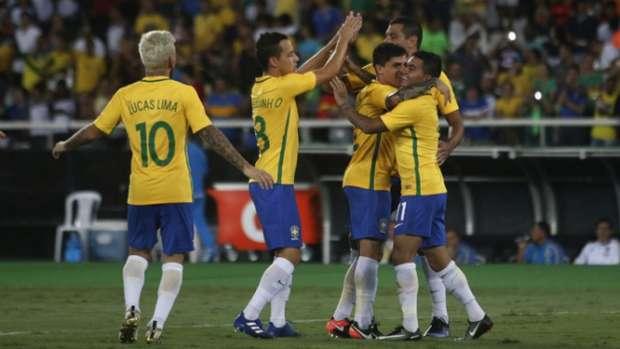 Dudu cumprimentado pelos companheiros após marcar de cabeça  gol da vitória