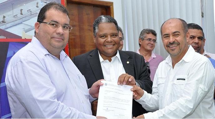 Com a nomeação em mãos prefeito Sérgio da Gameleira, deputado Antonio Brito e o novo secretário Adilson Miranda