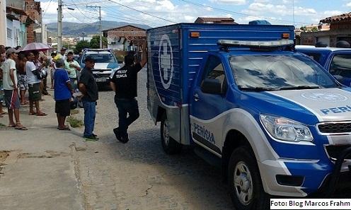 Policiais realizam procedimentos de levamentos cadavéricos