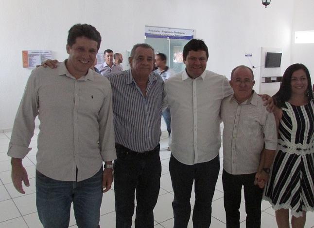 Deputado Euclides ao lado dos prefeitos e lideranças políticas de Lafaiete Coutinho e Maracás