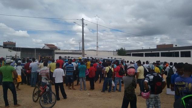 Trabalhadores reclamaram em frente ao portão de acesso da empresa