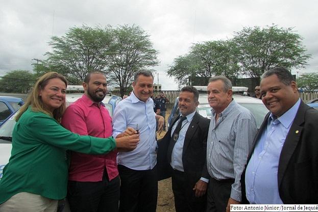 Deputados estaduais Fabíola Mansur e Euclides Fernandes e o deputado federal Antonio Brito, no ato de entrega de viaturas policiais por Rui Costa