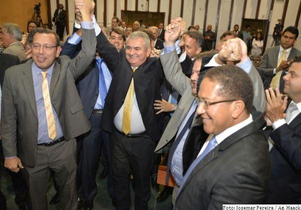 Coronel comemora vitória ao lado de apoiantes e membros da nova mesa da AL-BA