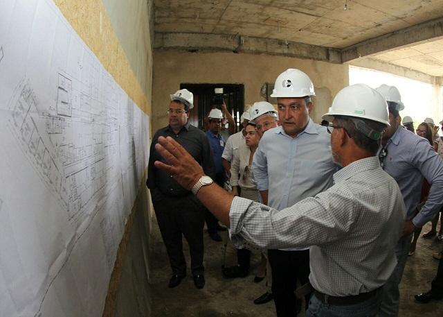 Rui ouviu dos engenheiros da construtora Cinzel explanação sobre a obra no Hospital Prado Valadares