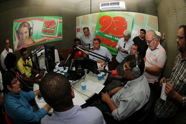 Rui Costa no estúdio da rádio 93 FM participou de coletiva com um pool de emissoras