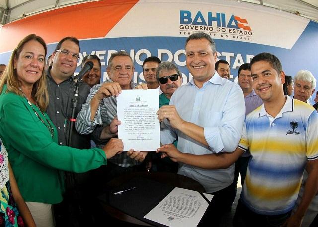 Rui Costa mostra a ordem de serviço ao lado de representantes do executivo e legislativo municipais e deputados