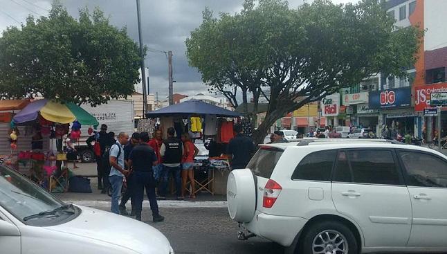 Fiscais da Prefeitura acompanhados por Guardas Municipais determinaram a retirada das barracas