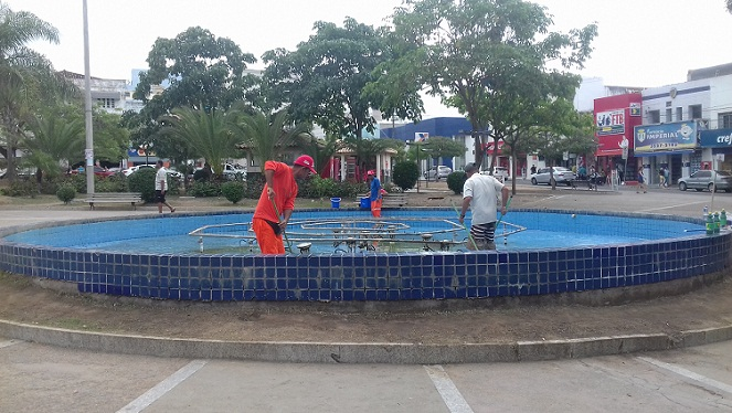Prefeitura faz limpeza da fonte da Praça Ruy Barbosa