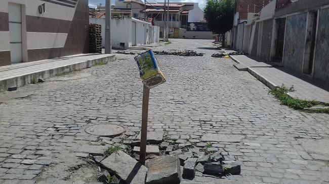 Moradores reclamam de rua interditada na Urbis I