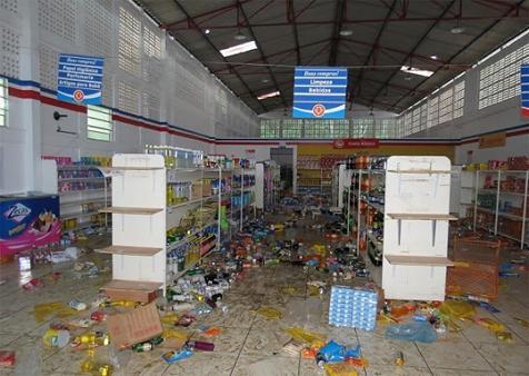 Loja da Cesta do Povo foi saqueada por manifestantes (foto Vermelhinho da Bahia)