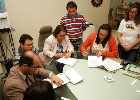Ato de assinatura do acordo pela prefeita Tânia Britto, presidente da APLB, Caroline Moraes, secretários municipais e os vereadores João Cunha e Nato da Água Já